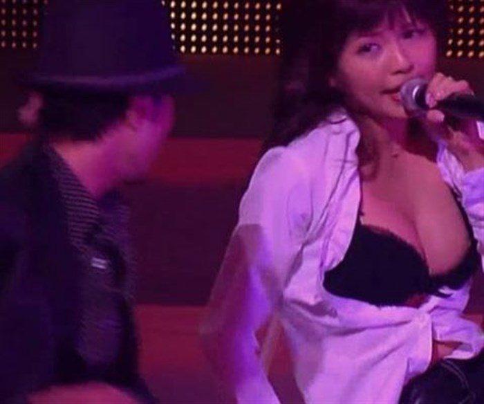 【画像】AAA宇野実彩子さん、乳首ポロリに気づかず熱唱!お宝画像スレ!0002manshu