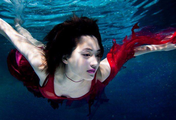 【画像】綾瀬はるかの水中グラビア!めくれ上がる太ももがガチでエロいですww0001mashu