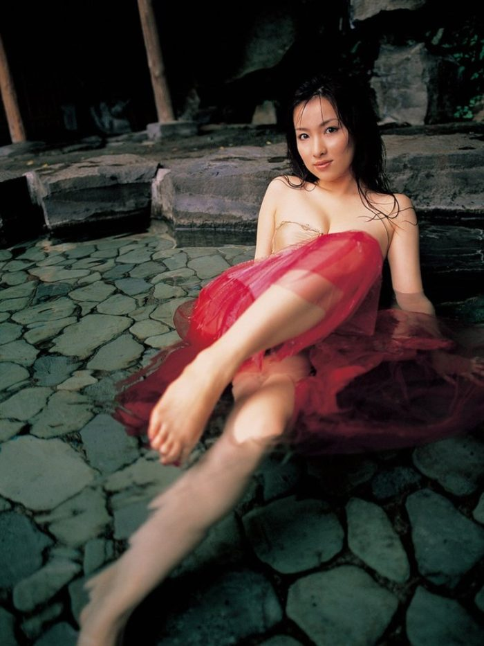 瀬戸早妃さん、回客気味でアノ部分をチラ見せする寸止め下着グラビアwwww0012manshu