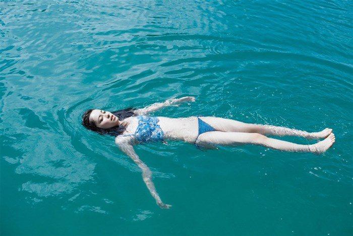 【画像】久慈暁子ちゃん、貧乳なのにグラビア撮影で極小水着を支給されるww0038manshu