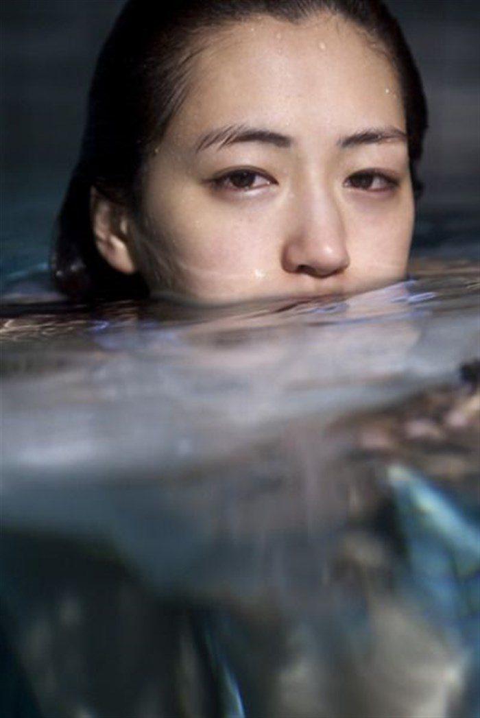 【画像】綾瀬はるかの水中グラビア!めくれ上がる太ももがガチでエロいですww0005mashu