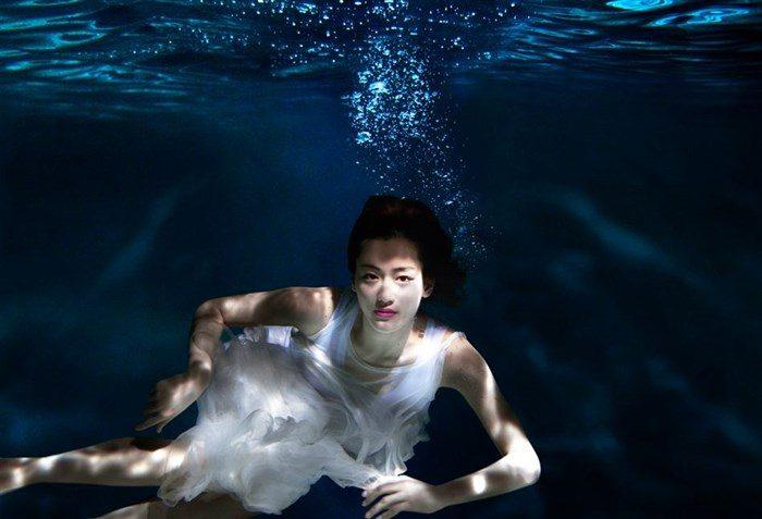 【画像】綾瀬はるかの水中グラビア!めくれ上がる太ももがガチでエロいですww0004mashu