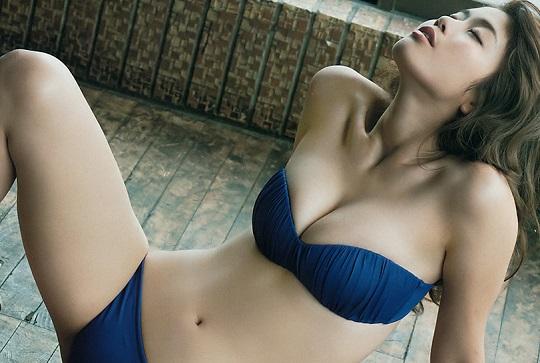 野球選手すぎるグラドル稲村亜美ちゃんの水着姿がスタイル抜群でエッチすぎると話題!