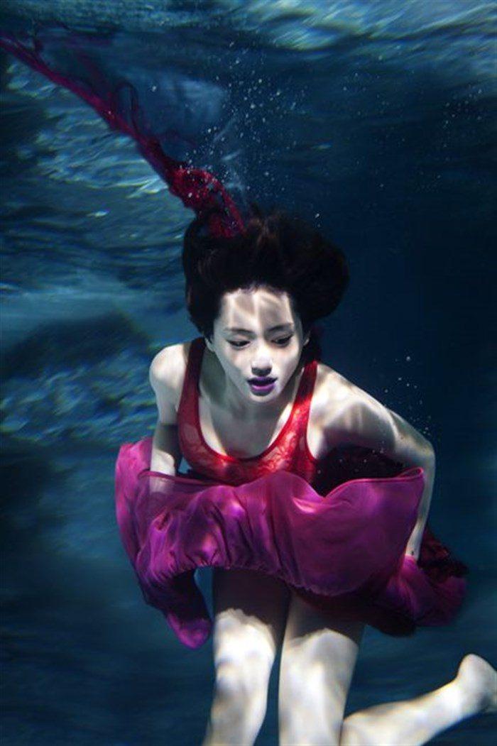 【画像】綾瀬はるかの水中グラビア!めくれ上がる太ももがガチでエロいですww0003mashu
