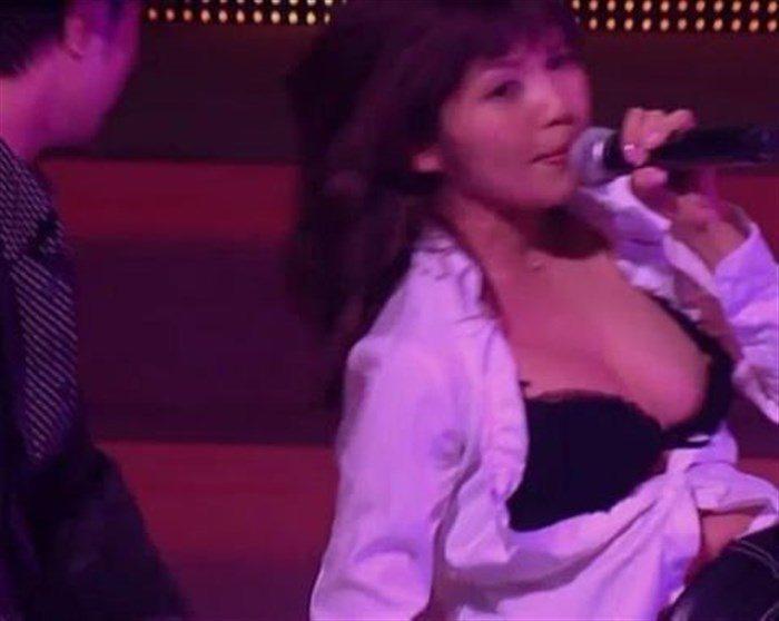 【画像】AAA宇野実彩子さん、乳首ポロリに気づかず熱唱!お宝画像スレ!0009manshu
