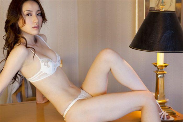 瀬戸早妃さん、回客気味でアノ部分をチラ見せする寸止め下着グラビアwwww0015manshu