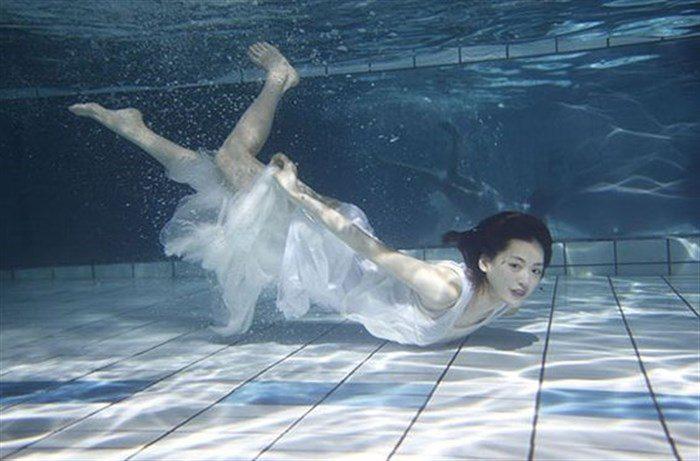 【画像】綾瀬はるかの水中グラビア!めくれ上がる太ももがガチでエロいですww0006mashu