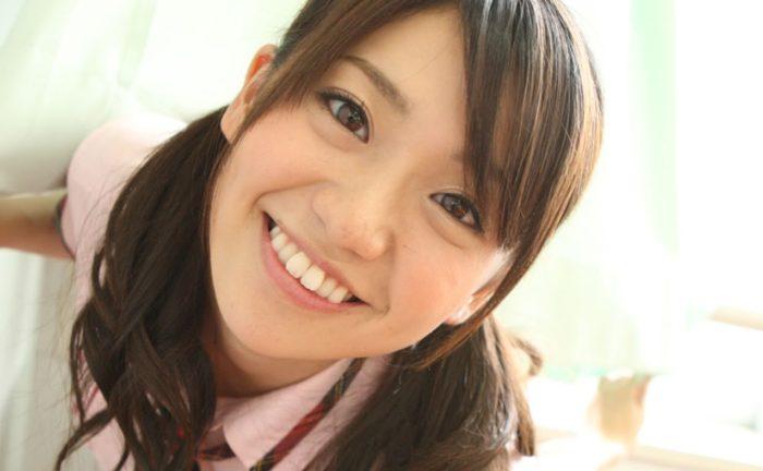 大島優子がスケベすぎる…スタッフがいても楽屋で全裸!全裸で椅子に座りメンバーの目の前に優子のマ○コが…