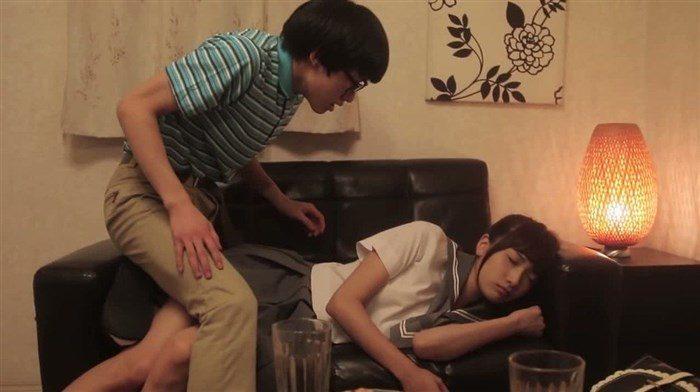 【画像】元AKB森川彩香がJK制服で居眠り中にパンツ脱がされるシーンwwww0100manshu